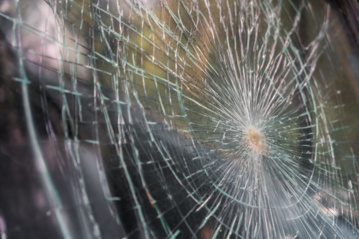 Šilalės rajone eismo įvykis: automobilis atsitrenkė į atitvarus