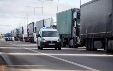 Su kokiais sunkumais šiuo metu susiduria vairuotojai: neišmokėti atlyginimai, eilės pasienyje