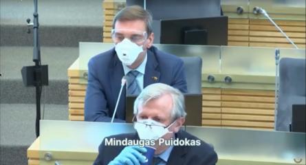 Pamatykite: Seimo narys bandė atsigerti kavos per respiratorių