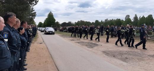 Kolegos ir artimieji atsisveikina su penktadienį žuvusiu policijos pareigūnu