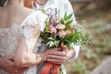 Moterys atvirai papasakojo apie vestuvių dienos netikėtumus: pametė žiedus, susilaužė pirštą, traukė užklimpusį automobilį