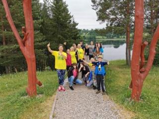 """Utenos šeimos ir vaiko gerovės centro globos centro skyriaus specialistai ir globojami vaikai dalyvavo išvykoje – žygyje """"Tauragno ežero nuotykis"""""""