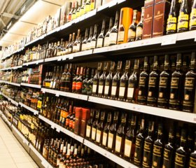 Trakuose vyras pasičiupo viskio butelius ir dingo iš parduotuvės