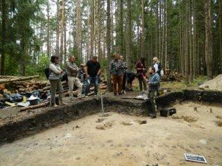 Išskirtiniai archeologiniai radiniai Mineikiškių piliakalnyje: atrasta prieš 3,5 tūkst. metų įsikūrusi gyvenvietė