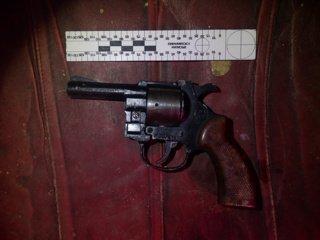 Į areštinę uždarytas šautuvą su taikikliu ir slopintuvu vežęs vyras