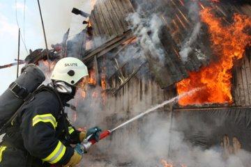 Atvira liepsna dega medinis ūkinis pastatas