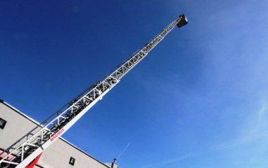 Savaitgalį ugniagesiams darbo netrūko: gesino 60 gaisrų ir atliko sudėtingą gelbėjimo operaciją aukštyje
