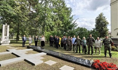 """""""Žiburio"""" kiemelyje atidengta paminklinė lenta gimnazijos mokiniams ir mokytojams, žuvusiems pokario kovose"""