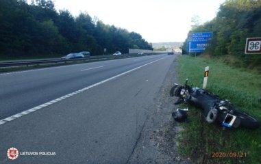 Atsitrenkęs į automobilį nukentėjo motociklo vairuotojas