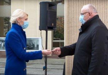 Jono Pinskaus rankose – Seimo nario pažymėjimas