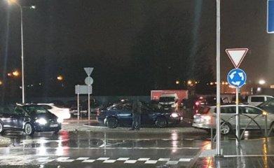 Panevėžyje Smėlynės gatvės žiede susidūrė du automobiliai