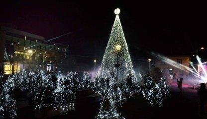 Įžiebta kalėdinė eglė, per Anykščius keliavo šventinis karavanas