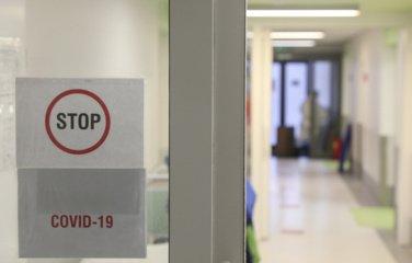 Koronaviruso protrūkiai: tęsiasi ligoninėse, darželiuose ir įmonėse