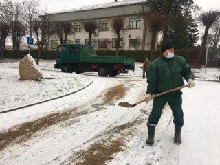 Žiemos sezonas atidarytas – barstomos miesto gatvės