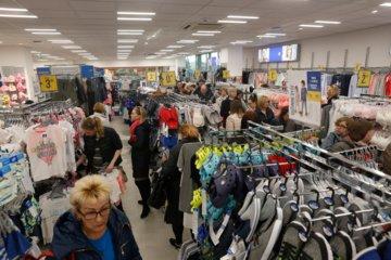Vyriausybė kol kas nesvarstys parduotuvių atidarymo