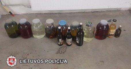 Plungės rajone rasti 76 litrai naminės degtinės