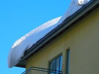 Pastatų išbandymai sniegu: kada namų stogai gali nebeatlaikyti