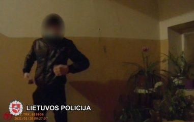 COVID-19 sergantis Lentvario gyventojas priešinosi pareigūnams ir grasino juos užkrėsti (vaizdo įrašas)