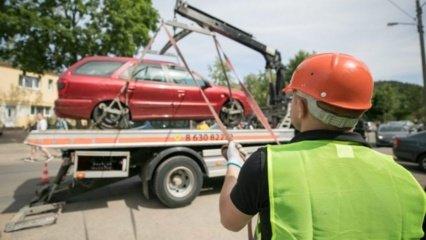 Senus automobilius iš kiemų teks šalinti savininkams