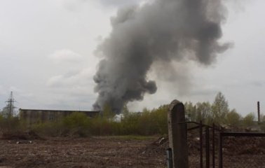 Kaune sustiprintos ugniagesių pajėgos gesina degančią 15 metrų aukščio metalo krūvą