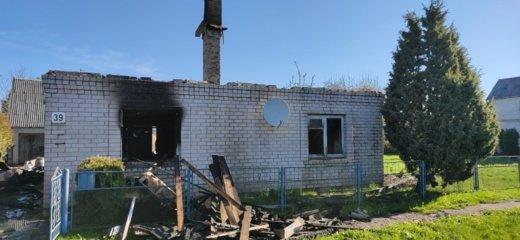 Mažeikiuose ugnis vos per valandą pasiglemžė šeimos namą