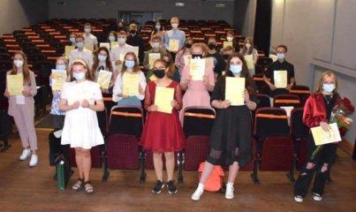 Meno mokyklos absolventų išleistuvės: nuoširdžios padėkos ir gražiausi linkėjimai talentingiems jaunuoliams