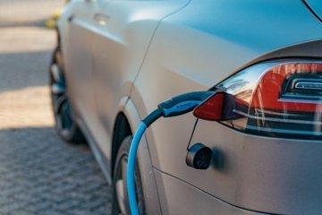 Neringos savivaldybė primena: elektromobiliams taikoma rinkliava už stovėjimą mokamose stovėjimo vietose