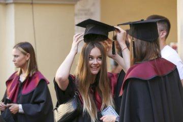 Keliama kartelė viduriniam išsilavinimui: brandos atestatas tik išlaikusiems bent du egzaminus