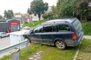 Kėdainiuose atitvarus pralaužęs automobilis pakibo ant šlaito