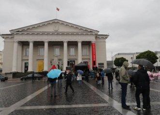 """Rotušės aikštėje """"protesto debatų"""" nebus: vietoj 700 susirinko vos kelios dešimtys žmonių"""
