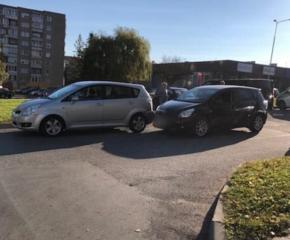 Policija prašo pagalbos: parduotuvės aikštelėje susidūrė du automobiliai