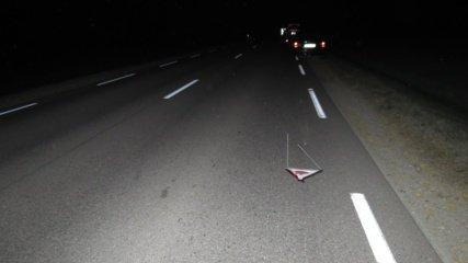 Tamsiame kelyje automobilio ratą keitusiam vyrui kitas automobilis pervažiavo kojas