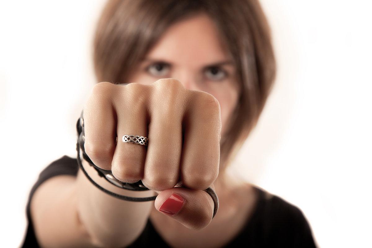 кулак в девушке фото чмокал