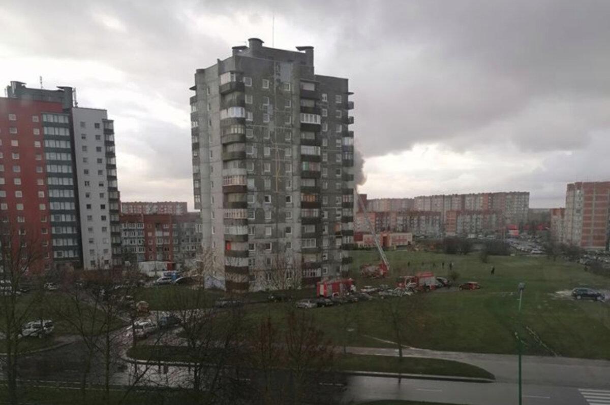Klaipėdoje dega daugiabučio namo balkonas