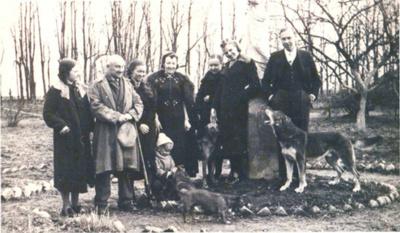 Artimieji. Jonas Smilgevičius su šeima Užvenčio dvaro parke