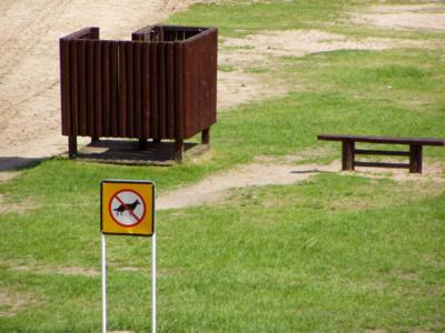 Tokių ženklų, draudžiančių į paplūdimius eiti kartu su gyvūnais, nuo šiol Lietuvoje mažės.