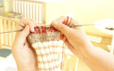 Pradžia. Pradėjusi nuo kojinių, pirštinių, šaliko ar kepurės, I. Volodkienė taip įgudo, kad jos spintą papildė ir pačios megztos palaidinės, liemenės, megztiniai, striukės, sijonai, o dabar net paltą nusimezgė.