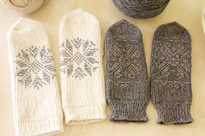 Pasiskolinta. Irena Volodkienė įprastai mezga tradicines pirštines, bet kartais jas papuošia riešinėms dekoruoti skirtais karoliukais.