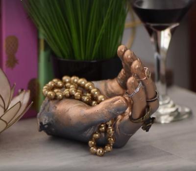 """Ranka. Cementas tiksliai atkartos visus rankos linkius ir rėžius, o žiedai ant savų """"pirštų"""" laikysis kur kas tvirčiau."""