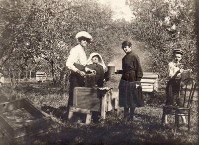 Ir bitininkė. Gabrielė Petkevičaitė-Bitė su Antanu Kasperavičiumi, jo žmona ir sūnėnu Broniuku Petkevičiumi Puziniškio dvaro bityne. Gabrielė buvo baigusi Deltuvos vienmečius bitininkystės ir sodininkystės kursus, parašė lietuvišką knygelę apie bites.