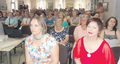 Žiežmarių kultūros centro salė vos talpino renginio dalyvius. Priekyje (dešinėje) - operos dainininkė I. Zelenkauskaitė.
