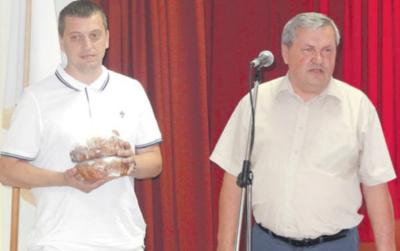 Pasveikinti jubiliejaus proga iš savivaldybės atvyko vicemeras A. Janavičius (dešinėje) ir administracijos direktoriaus pavaduotojas T. Vaicekauskas.