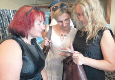 Linksmai nusiteikusios dailininkės (iš kairės): R. Mikalauskienė, K. Tokarevienė ir Ž. Vaičiukynienė