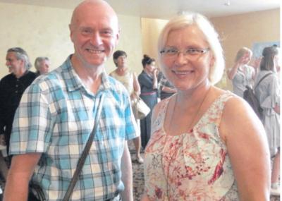 Turizmo ir verslo informacijos centro darbuotojas A. Balčiūnas su dailininke R. Medvedeviene.