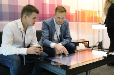 Šiaulių miesto savivaldybės stende jaunasis verslininkas Benas Dobrikas pristatė savo sukurtą išmanųjį staliuką. (Audronio Rutkausko nuotr.)