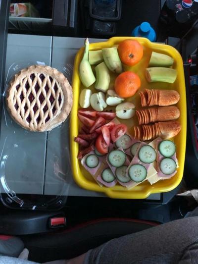 """Vairuojant sunkvežimį, įmanoma viskas. Sveikai maitintis, sportuoti, keliauti ir... valgyti 12 patiekalų Kūčių vakarienę. """"Tik ji šiek tiek kitokia"""",– šypsosi Toma. (T. Bačianskaitės asmeninio archyvo nuotr.)"""
