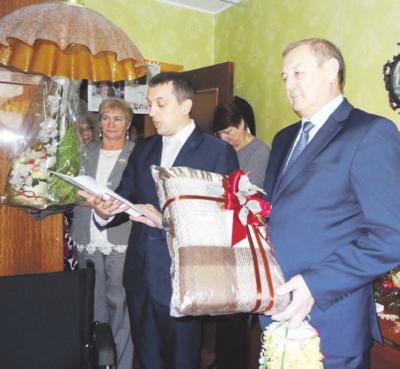 Kaišiadorių savivaldybės administracijos direktoriaus pavaduotojas V. Karpavičius (dešinėje), mero patarėjas T. Vaicekauskas linkėjo jubiliatui stiprios sveikatos. Šalia – seniūnijos atstovės.