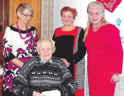 Su jubiliejaus kaltininku nusifotografavo dukros Veronika, Bronė ir Rumšiškių seniūnė eugenija Genevičienė (dešinėje).