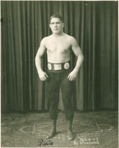 Įžymybė. Imtynininkas Karolis Požėla (1893–1954)– daugkartinis Rusijos čempionas, daugelio JAV turnyrų nugalėtojas, 1933 m. Europos čempionas, vėliau treneris, sportininkų rėmėjas. (Nacionalinio M. K. Čiurlionio  dailės muziejaus nuotr.)