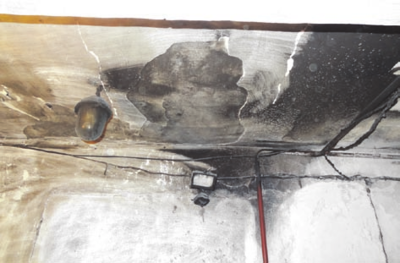 Koridoriuje stipriai aprūko lubos ir apsilydė elektros laidai.